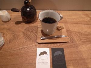 喫茶のスペース。クロとシロの鳥がいっぱいいる