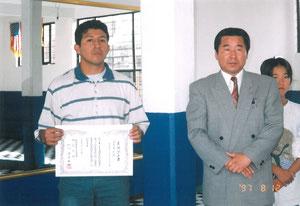 ミゲル先生への支部認定書授与(ミゲル先生は現メキシコ支部代表)