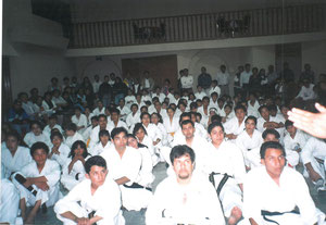 メキシコ支部の生徒達が真剣に館長の話を聞いている風景