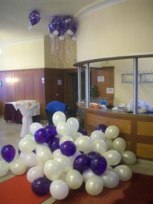 Überlagerte Heliumballons - einige wenige schweben noch an der Decke