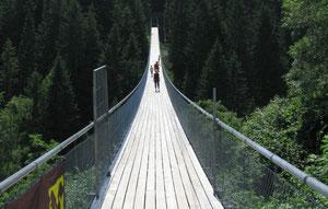 Die große Hängebrücke auf der Märchenwandermeile, ein Paradies für Kinder....
