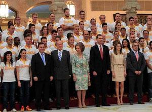 Nico junto al equipo Olímpico y la Familia Real
