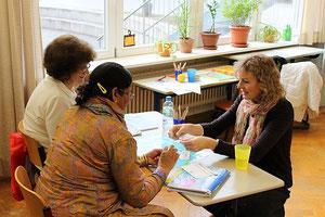 """Annette Rosner beim Unterricht in der Hohenbergschule. Zweimal die Woche bietet sie hier """"Deutsch für ausländische Mitbürger"""" an."""