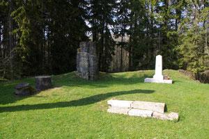 Ruinen und Gedenkstein