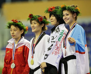 右から2番目銅メダル獲得した濱田真由選手