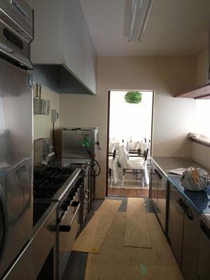 志賀町、ビストロイグレック開店間近の厨房