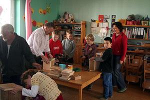 Kinder bauen ein Nistkasten