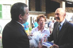 zangani consegna il gagliardetto del comitato di savona al sindaco di castellania