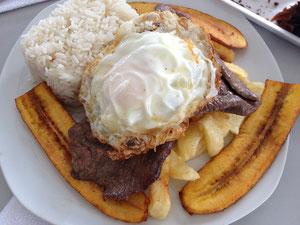 牛肉のステーキ、揚げバナナのトッピング