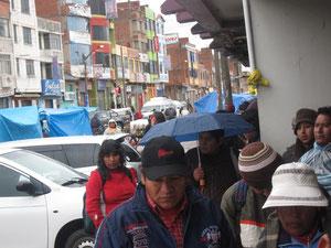 雨の中、たくさんの人が並ぶ