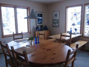 お部屋はぬくもりのある木の家具で統一。