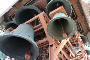 61個の鐘は大小さまざま。