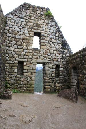台形になっている窓や入り口