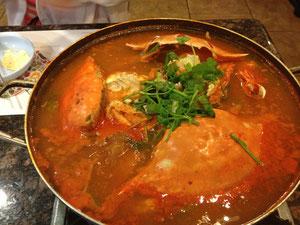 韓国料理屋でカニ鍋
