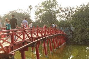 入り口まではこの橋を渡っていきます。