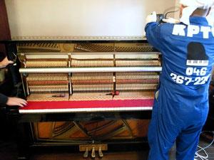 汚れのひどいピアノは