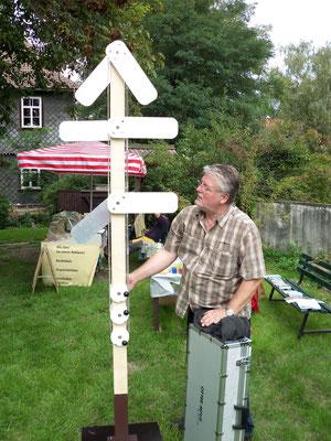 Winfried Hahn mit einem Modell eines Signalmastens