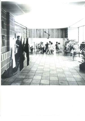 Wolfgang Klemens führt die zukünftigen ABC - Schützen durch das neue Schulgebäude.