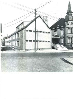 Altes und neues Schulgebäude nach den Neubau- und Rekonstruktionsarbeiten  (links ist Frau Schwermer zu erkennen)