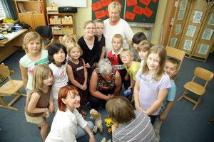 Senioren lernen mit Schülern