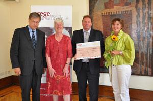 Staatsrat Dr. Voges und Vorstandsvorsitzende Dagmar Hirche freuen sich mit dem  DORV-Zentrum über den 1. Platz