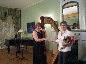 В майском концерте принимала участие Лауреат премии Русского Арфового общества    Ирина Негадова (справа)