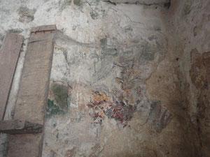 Des fresques demeurent sous l'enduit... © TEMPLE DE PARIS