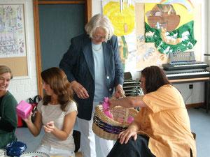 12.7.2008 Margret Rettich verteilt Geschenke