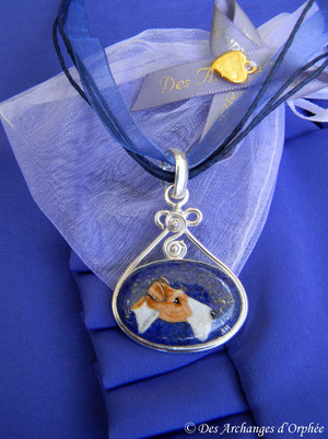 Fox terrier Sugar sur pendentif lapis-Lazuli.