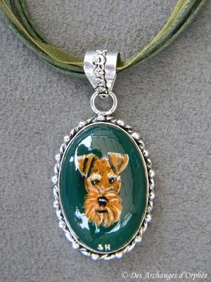 Welsh terrier sur Onix vert.