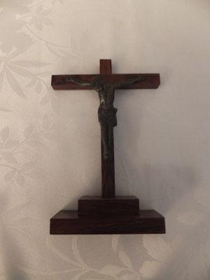 Crucifix sur pied bois 13/8cm 8.90€