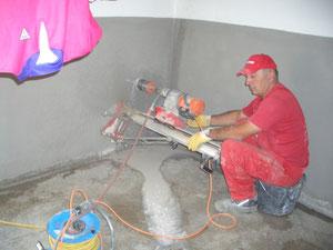 Betonbohrung für die neue Wasserleitung im Keller Haus 14