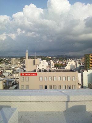 真ん中やや右の建物、一隆堂です