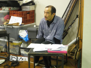 役者に演出ノートを伝えるヤナギサワさん。チョビヒゲは、役作りです♪