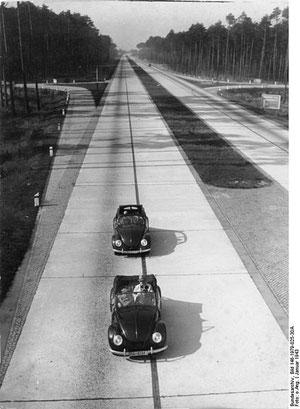 Autobaan met KdF-cabrio's, 1943 - niet voor het volk!