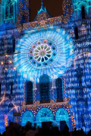 Les tableaux de Chartres en Lumières ne changent pas tous chaque année. Mais vous apprécierez, devant l'église Sainte-Foy (salle des ventes) l'interactivité proposée aux passants!