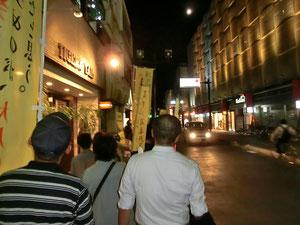 シュプレヒコールをあげながら甲府市内を歩くみなさん=9月28日