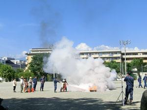 消火器を使った消火訓練