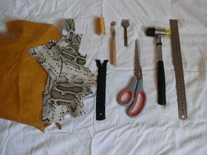 matériel pour la fabrication d'un porte-monnaie en cuir. Au fil de coline, création d'accessoires en cuir de récupération. Fait main à Montpellier