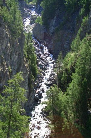 kurz hinter Zermatt fahren wir über den 50 Meter hohen Findelenbachviadukt, das höchste Brückenbauwerk der Strecke