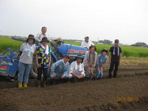 蕎麦の種蒔きが終わり、モトさんとトラクターを中心に記念写真。      みんないい顔!