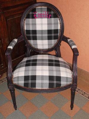 Broderie sur un tissu pour garnissage d'un fauteuil