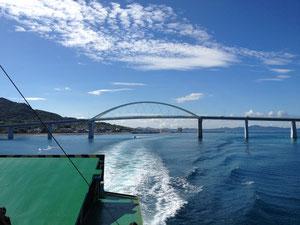くぐり抜けた瀬底大橋。