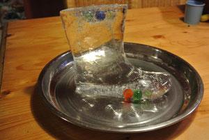 Dieser tolle Eisstiefel endstand aus einem alten Gummistiefel,gefüllt mit;Wasser,Glitzer und Murmeln