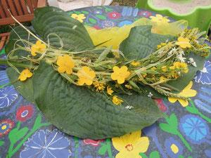 die Blumen haben die Kinder gepflückt daraus haben wir dann ein kleines Blumengesteck gebastelt