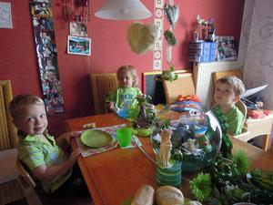 auch unser Küchentisch ist in grün gedeckt
