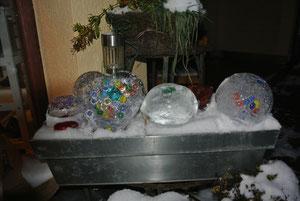 Diese Eiskunstwerke endstanden aus  Luftballons gefüllt mit :Glitzer,Murmeln und Wasser.Beim linken Eiskunstwerk haben wir Kastanien eingefroren.