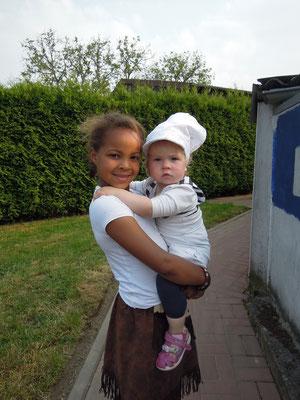 ein ehemaliges Tageskind mit einem jetzigem Tageskind,Melina und Ann.Sofie