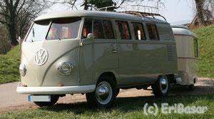 Zwei restaurierte Schönheiten von 1960: VW Bus T1 mit 1200er Maschine, 34 PS und 6V Elektrik, der zieht den 230 kg schweren Puck Luxus immerhin mit 75 bis 80 km/h.