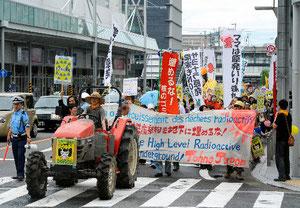 トラクターを先頭に名鉄岐阜駅前をパレードする市民ら=岐阜市、青瀬健撮影